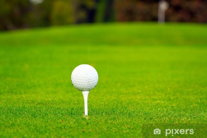 Naklejka Pixerstick Piłeczka golfowa na tee w pięknym polu golfowym - Sporty indywidualne