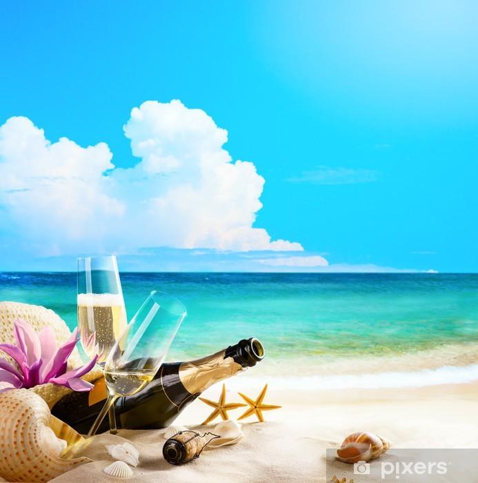 a82d20ea33b Vinylová fototapeta Art romantické mořské pláži. Sklenice na víno a  šampaňské láhev na san -