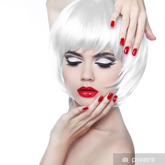 Zelfklevend Fotobehang Make-up en kapsel. Rode lippen en gemanicuurde nagels. Fashion Beau - Mode