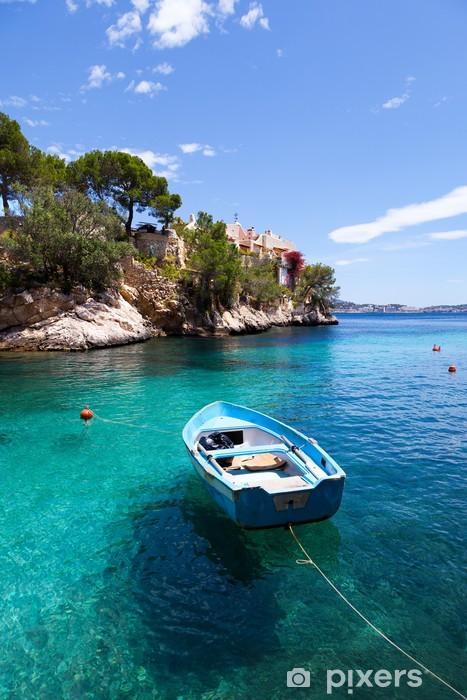 Vinyl Fotobehang Oude roeiboot afgemeerd in Cala Fornells, Mallorca - Thema's