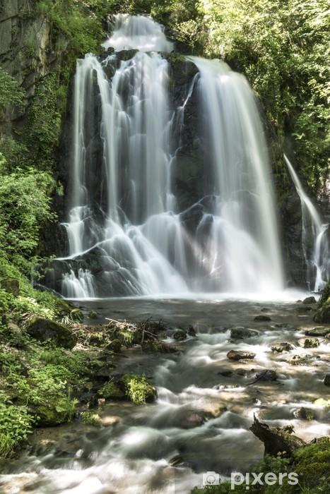 Vinilo Pixerstick Cascada Pevereggia en el bosque - Maravillas de la naturaleza