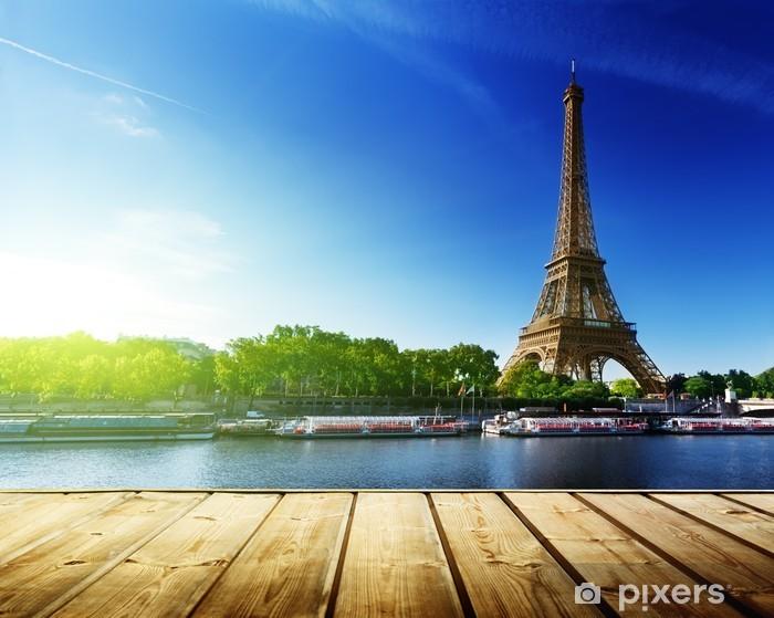 Sticker Pixerstick Fond avec une table en bois du pont et de la tour Eiffel à Paris - Villes européennes