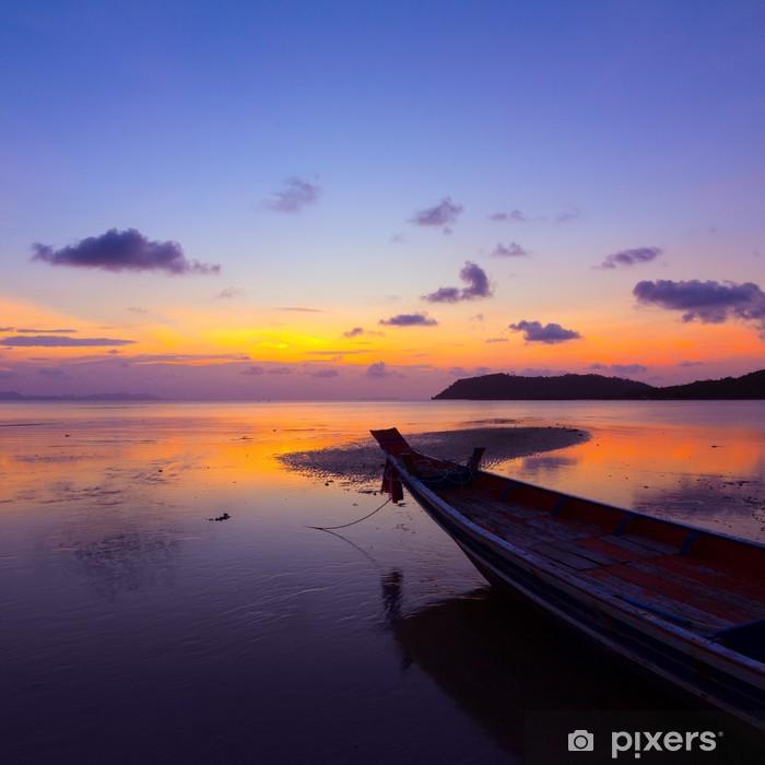 Poster Coucher de soleil sur la mer avec un petit bateau en bois, Thaïlande - Bateaux