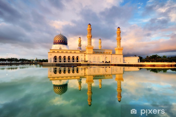 Vinyl Fotobehang Licht van de zonsondergang weerspiegeld op de stad Kota Kinabalu Moskee - Openbare Gebouwen