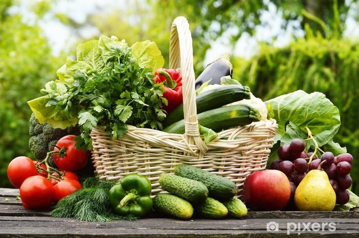 Papier peint vinyle Légumes biologiques frais dans un panier en osier dans le jardin - Thèmes
