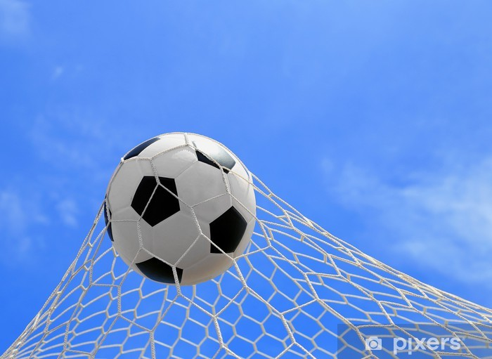 Fotomural Estándar Balón de fútbol en red en el cielo azul - Partidos y  competiciones 917b7f85172ab