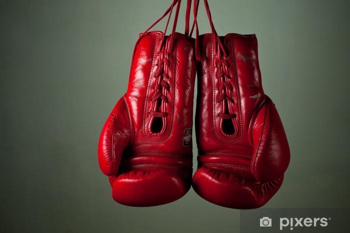 Fototapeta winylowa Rękawice bokserskie wiszące z koronki na szarym tle - Tematy