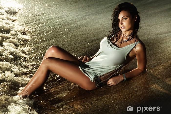 Vinyl-Fototapete Schöne Brünette Frau posiert am Strand, Entspannung. - Beauty und Körperpflege