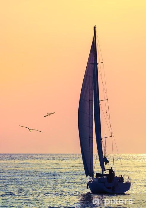 Fototapeta winylowa Jachtu skyline i dwa mewa - Sporty wodne