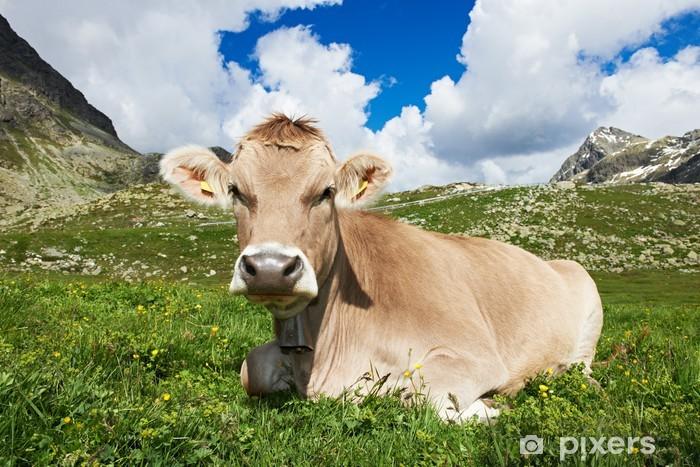 Sticker Pixerstick Vache brune sur l'herbe verte des pâturages - Agriculture