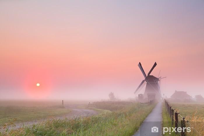 Papier peint vinyle Moulin à vent et le soleil levant dans le brouillard - Moulins à vent