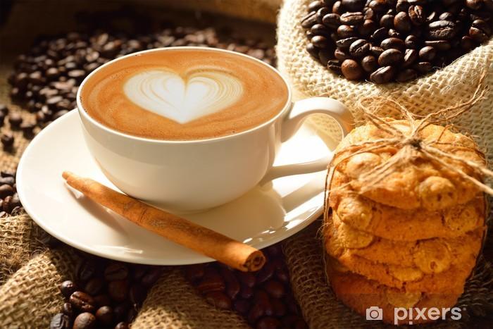 Naklejka Pixerstick Kubek cafe latte z ziaren kawy i ciasteczka - Tematy