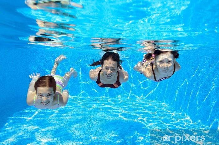 Papier peint vinyle Happy family nager sous l'eau en piscine et s'amuser - Sports aquatiques