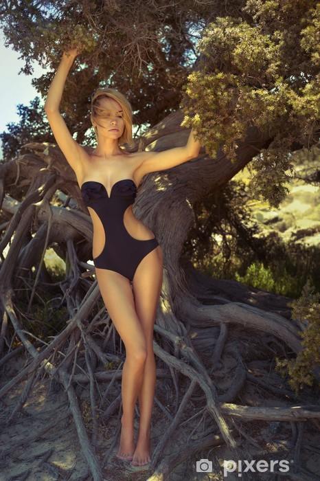 Fototapeta winylowa Piękna pani z potężnego drzewa - Kobiety