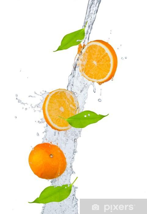 Fototapeta winylowa Świeżych pomarańczy objętych w plusk wody, na białym backgro - Owoce