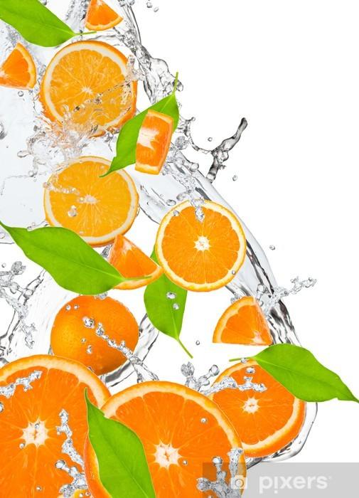 Pixerstick Sticker Verse sinaasappelen vallen in water splash, geïsoleerd - Vruchten