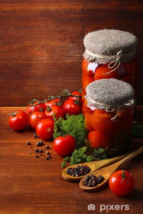 Fototapeta winylowa Smaczne konserwy i świeże pomidory na drewnianym stole - Tematy