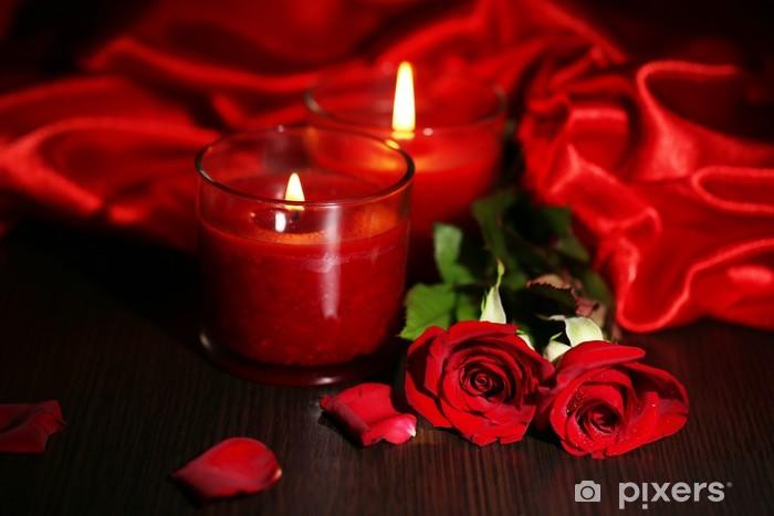 Fotomural Estándar Hermosa vela roja romántica con flores y telas de seda, - Flores