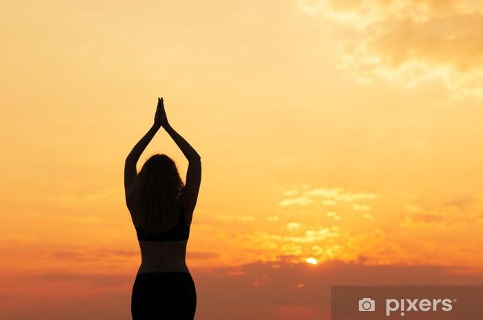 Papier peint vinyle Fille fait du yoga au coucher du soleil - Pour école de yoga