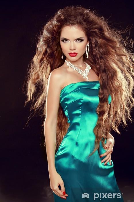 bb32329ad8 Fototapeta winylowa Piękna elegancka kobieta z długimi kręconymi włosami w eleganckiej  sukni p - Kobiety