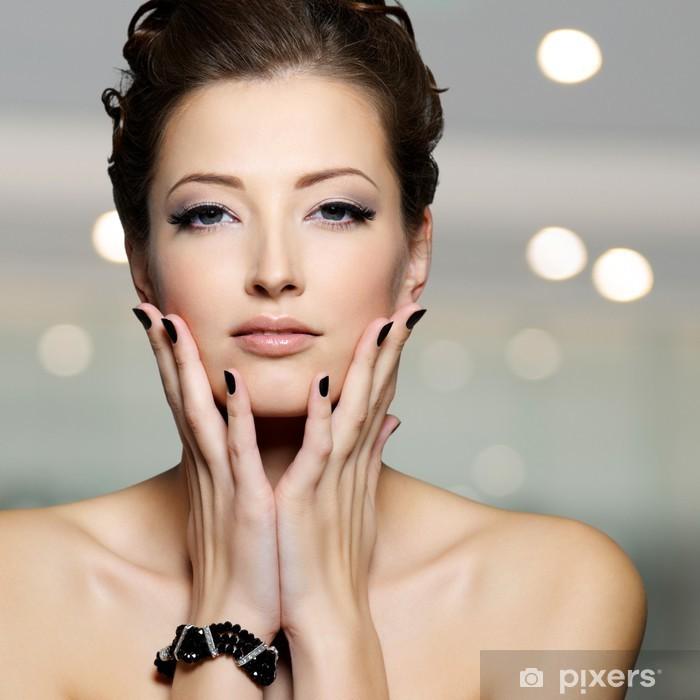 8c372bea8a Vinilo Pixerstick Joven y bella mujer con las uñas negras • Pixers ...