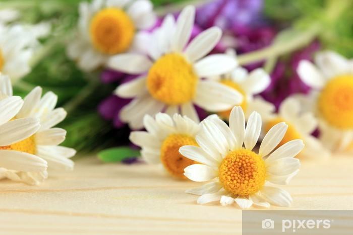 Naklejka Pixerstick Dzikie kwiaty, na drewnianym tle - Kwiaty