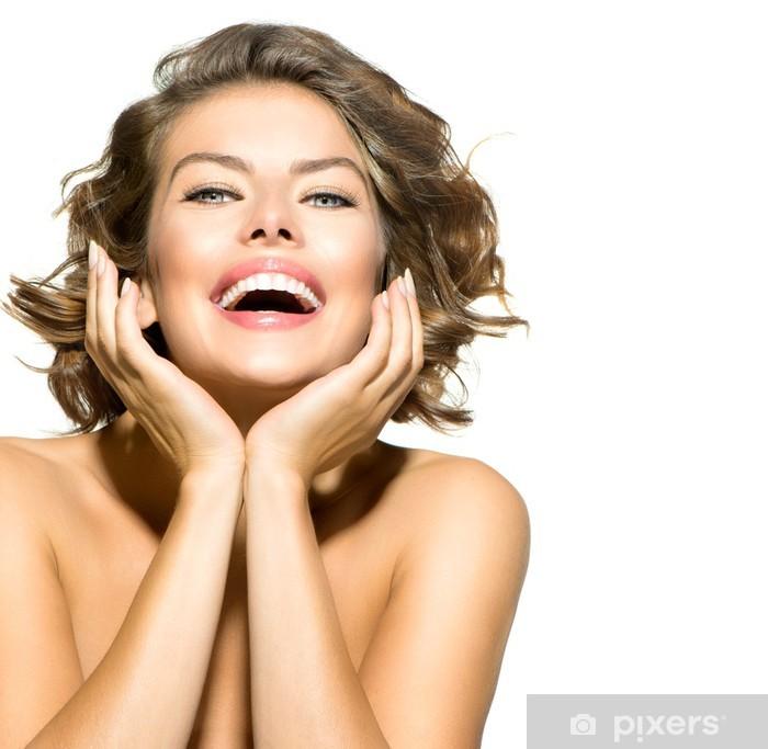 Fototapeta winylowa Beauty Uśmiechnięta młoda kobieta, portret na białym tle - Kobiety