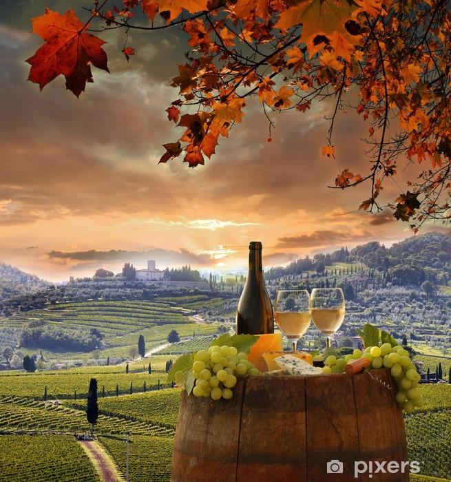 Papier peint vinyle Vin blanc avec barell dans le vignoble, le Chianti, en Toscane, Italie - Automne