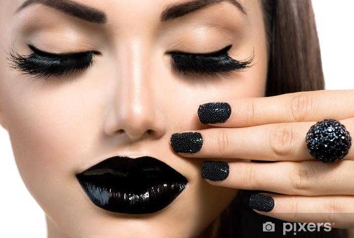 Papier peint vinyle Beauté Fashion Girl avec Trendy Caviar Black manucure et maquillage - Thèmes