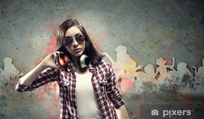 Fototapeta winylowa Młoda kobieta z słuchawki - Nastolatkowie