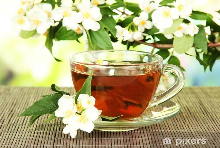 Papier peint vinyle Tasse de thé au jasmin, sur la natte de bambou, sur fond clair - Boissons chaudes