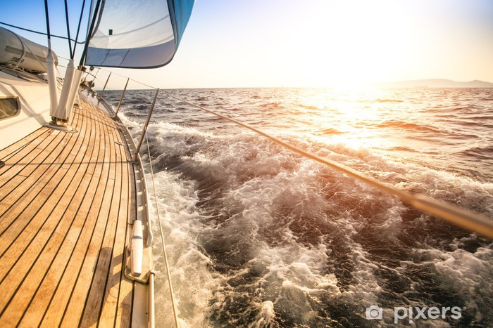 Fototapeta winylowa Żeglarstwo na wschód słońca. Luksusowy jacht. - Morze i ocean