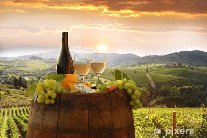 Vinyl Fotobehang Witte wijn met barell in de wijngaard, Chianti, Toscane, Italië - Thema's