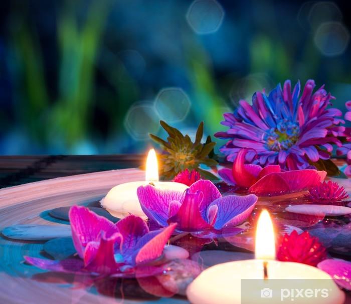 Lautasen spa, jossa on 2 kelluvia kynttilöitä, orkidea matolla Pixerstick tarra -
