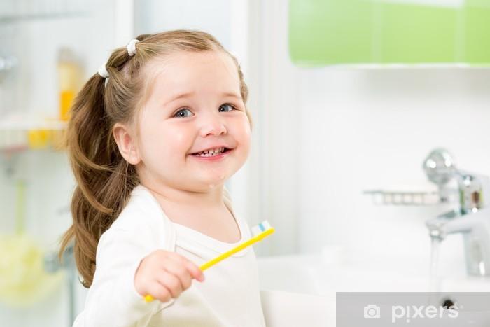 Fototapete Smiling Kind Mädchen Zähneputzen im Badezimmer • Pixers ...