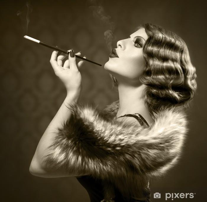 Papier peint vinyle Fumer Rétro femme. Vintage Styled Photo noir et blanc - Mode