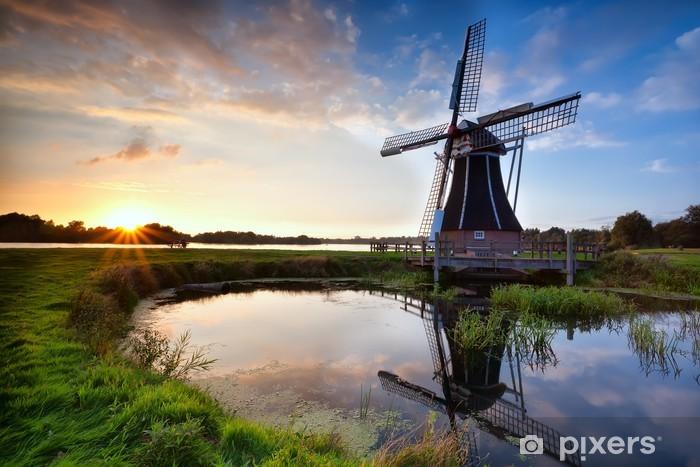 Fototapeta winylowa Uroczy holenderski wiatrak o zachodzie słońca - Młyny i wiatraki