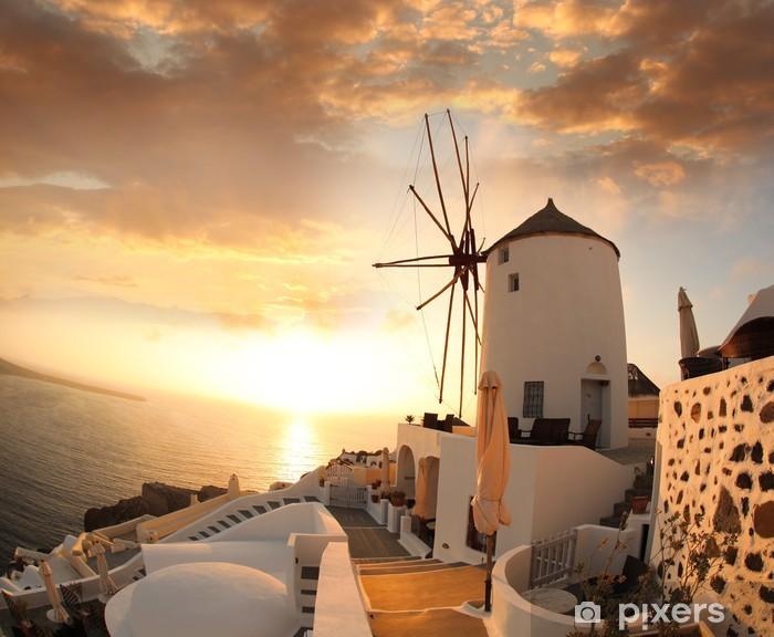 Papier peint vinyle Moulin à Santorin contre le coucher du soleil, de la Grèce - Moulins à vent