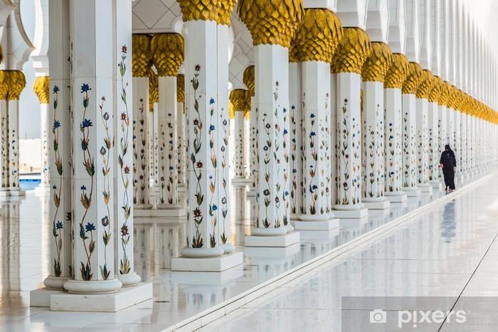Fotobehang hal met gouden versierde pilaren bij de ingang van de