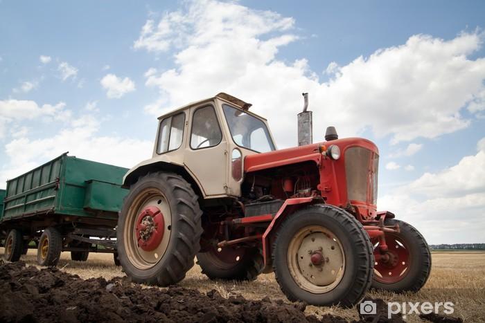 Vinyl-Fototapete Alte Traktor im Feld, gegen einen bewölkten Himmel - Schwerindustrie