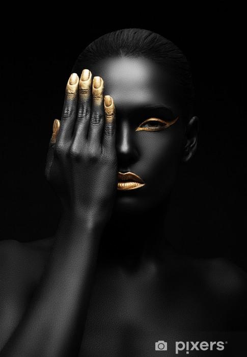 Tumma-nahkainen nainen kultainen meikki. Vinyyli valokuvatapetti -