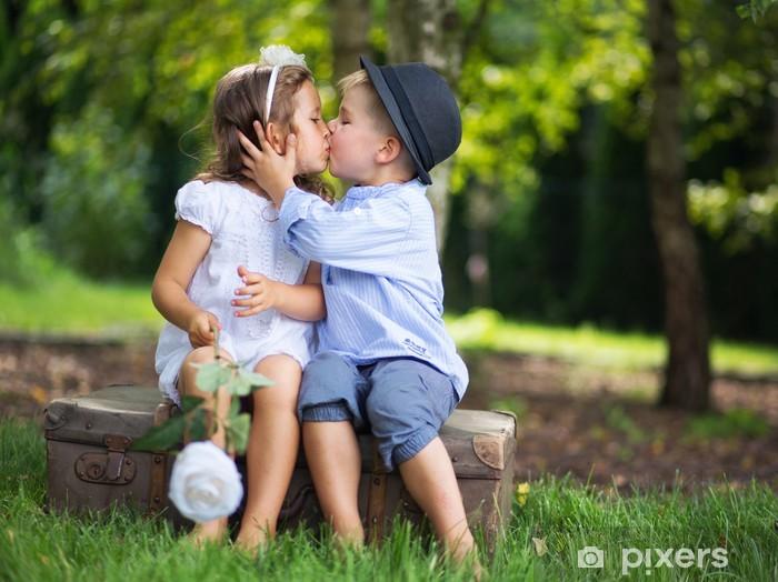 Kussen Voor Kinderen : Fotobehang leuk paar kinderen kussen elkaar u2022 pixers® we leven om