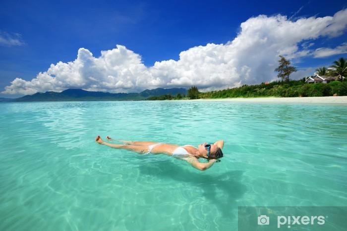 Nálepka Pixerstick Žena v bikinách relaxační ležící na vodě proti backgrou - Prázdniny
