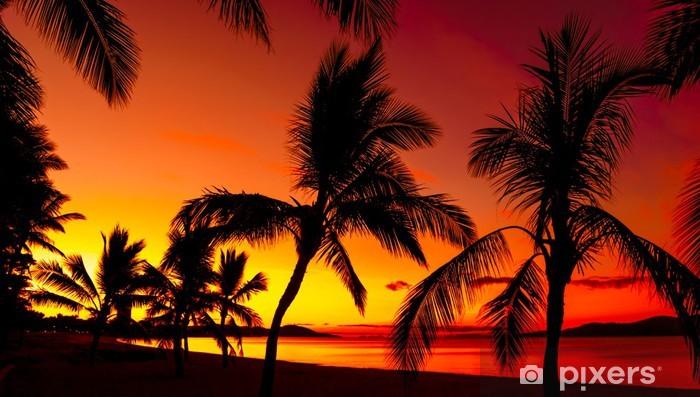 Papier peint vinyle Palmiers silhouettes sur une plage tropicale au coucher du soleil - Palmiers