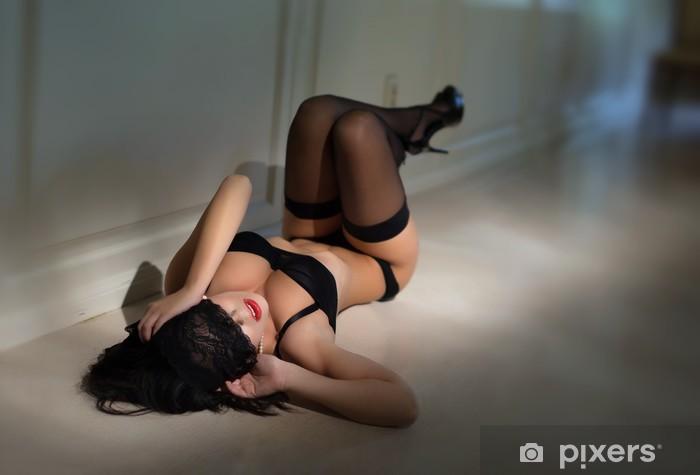 Fototapeta winylowa Sexy kobieta brunetka r. na podłodze - Bielizna