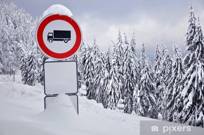 Pixerstick Aufkleber Stoppen Sie Verkehrszeichen in den verschneiten Wald - Europa