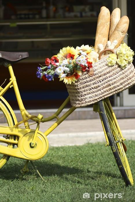 Papier peint vinyle Vieille bicyclette jaune avec panier de fleurs sur le pain - Mode