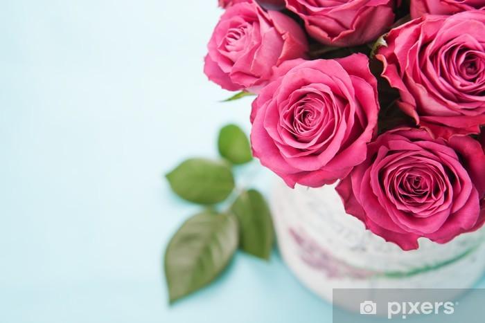 Vinilo Pixerstick Hermoso ramo de rosas de color rosa sobre fondo azul claro. - Celebraciones