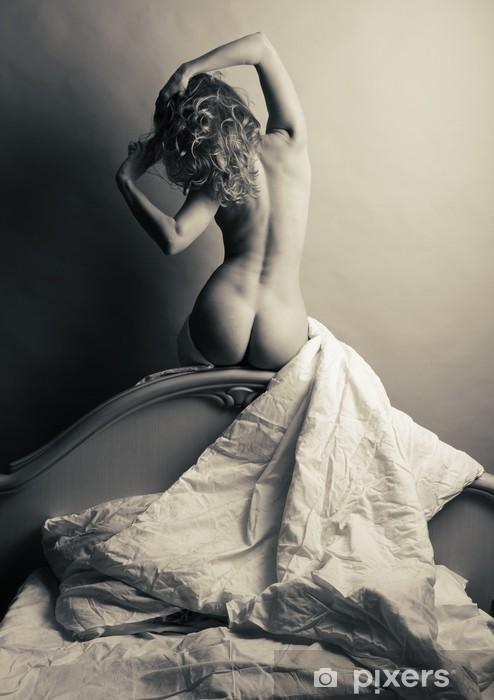 Fototapeta winylowa Blondynka nago w łóżku na szarym tle. - Tematy