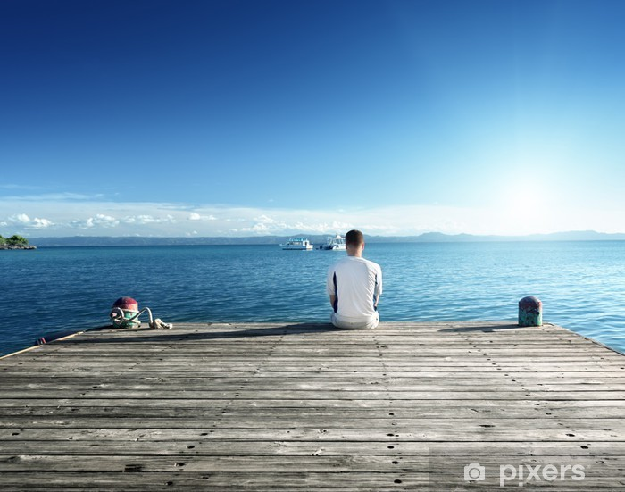Fototapeta winylowa Młody człowiek relaks umieszczania na molo - Wakacje